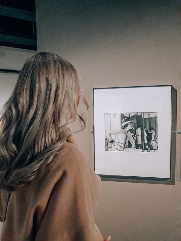 Katsomassa Coco Chanel näyttelyä