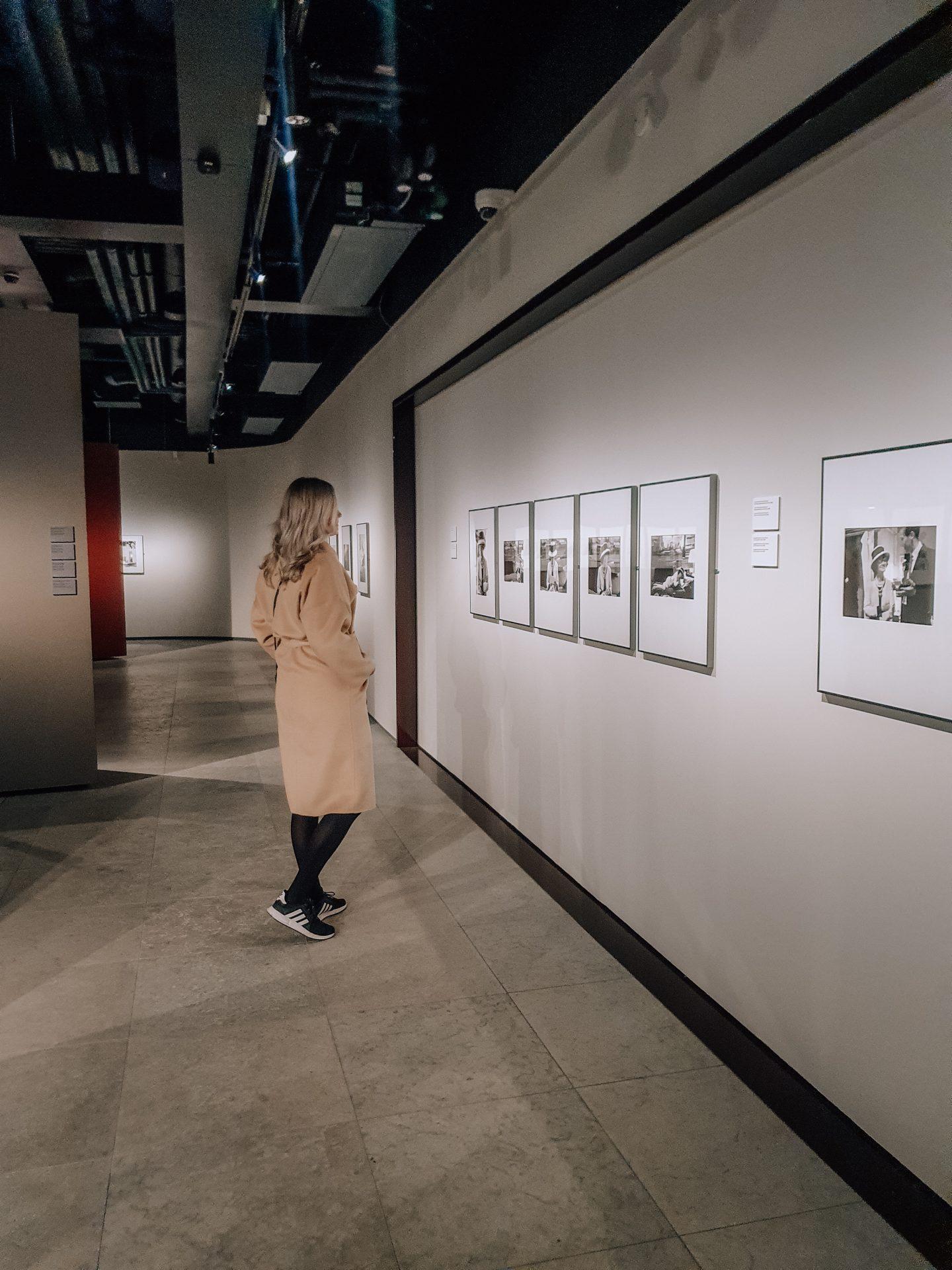 katsomassa Doulgas Kirklandin valokuvanäyttelyä
