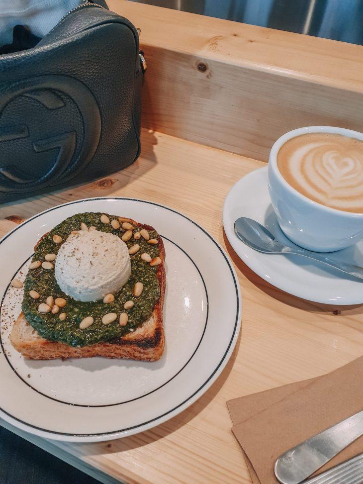 herkullinen aamiaisleipä ja kahvi Animassa