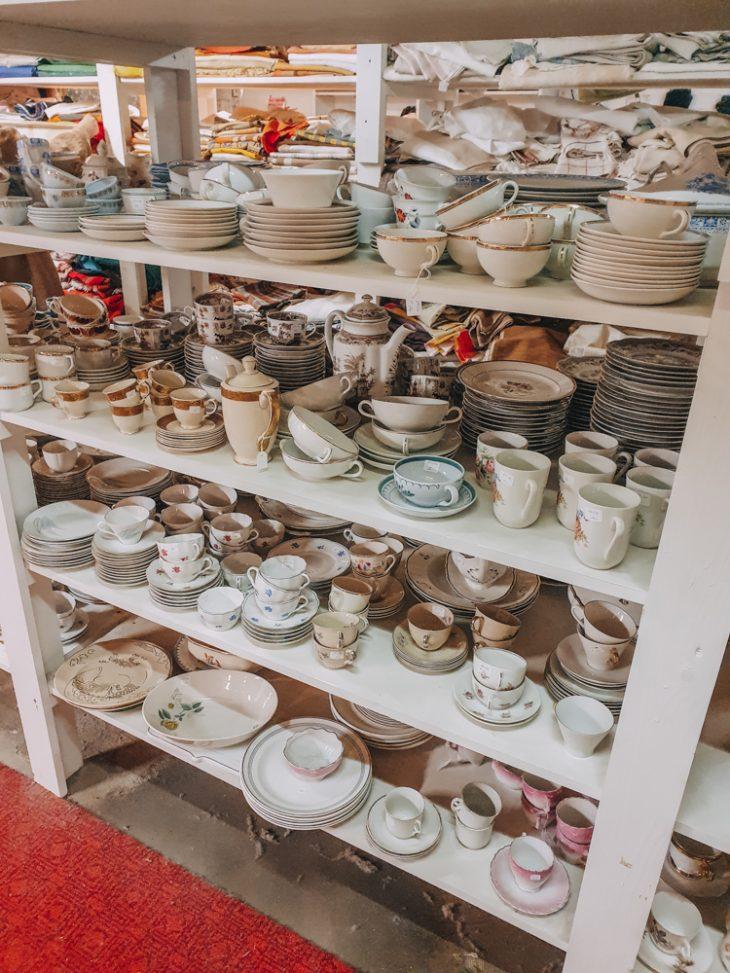 Vanhoja astioita Fasaanin hyllyssä
