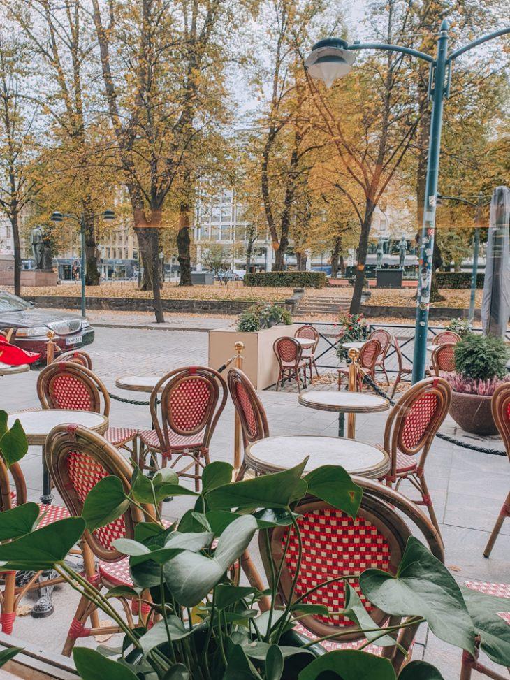 Näkymä cafe esplanadin ikkunasta bulevardille