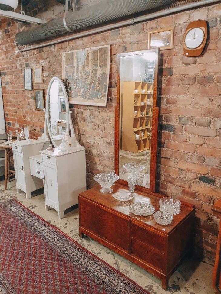 Antiikki lipastoja ja peili