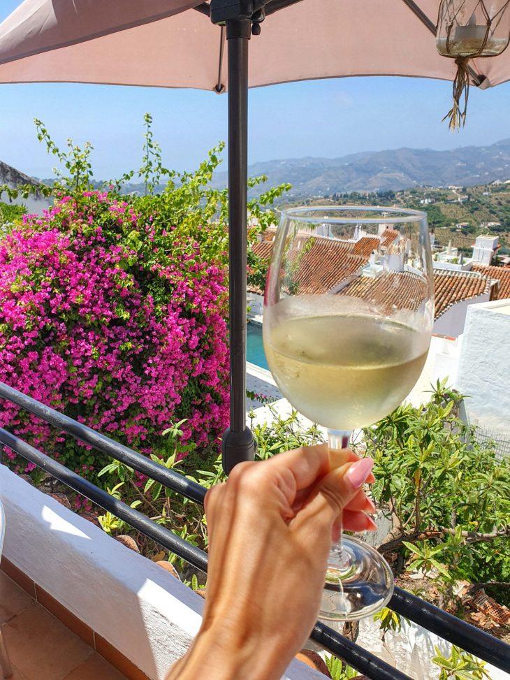 Lasi kylmää viiniä Frigilianassa