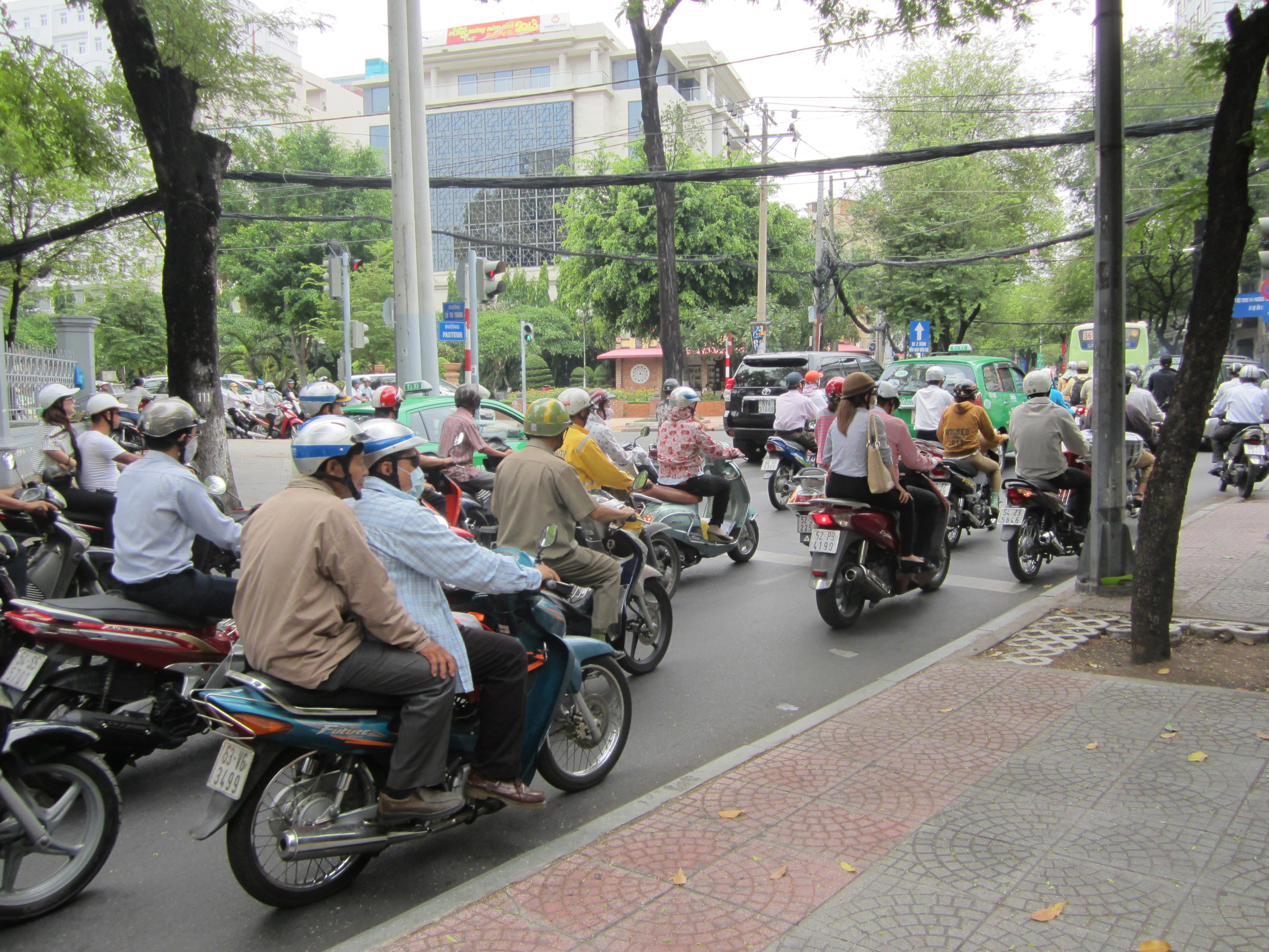 Kaikki kulkee Vietnamissa mopolla. Yhden skootterin kyydissä voi olla helpost vaikka neljä ihmistä: isä, äiti ja kaksi lasta. Ehkä vielä näiden lisäksi vauva äidin sylissä.