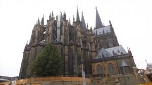Vanha katedraali on vaikeaa mahduttaa kuvaan.