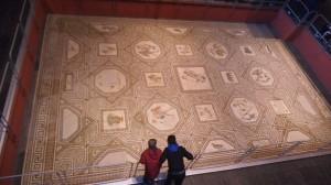 Vanha mosaiikki jonka päälle Roomalais-Germaaninen museo on rakennettu.