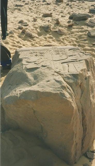 Keskeneräinen obeliski Assuanin aavikolla
