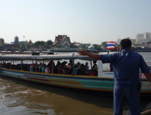 Jokilautalla Bangkokin temppeleihin