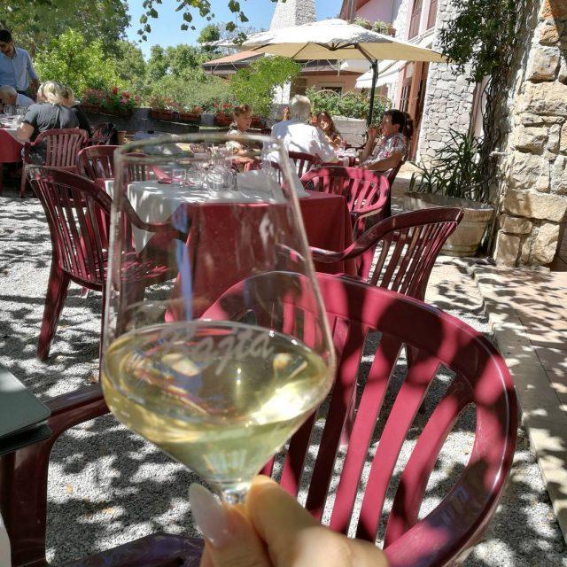 Terkkuja Italiasta! Pieni takapihan ravintola maatilalla  lasissa paikallista malvasiahellip