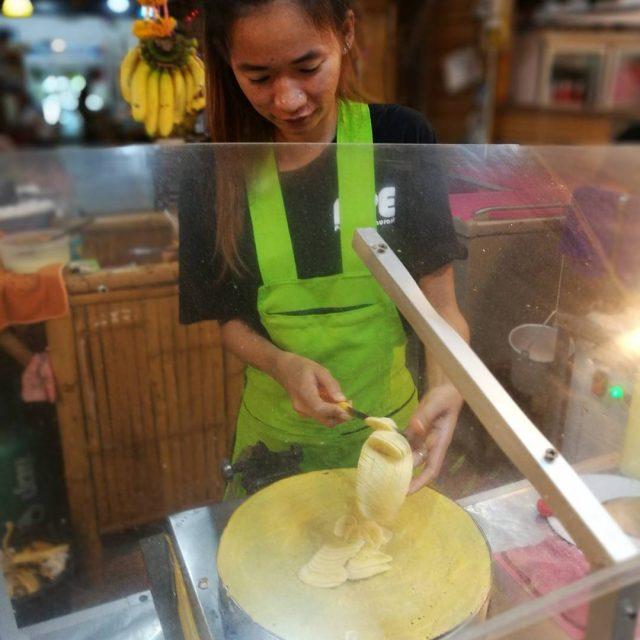 Yksi mun lempiherkuista Thaimaassa on letut banaanilla ja nutellalla Sopisikohanhellip