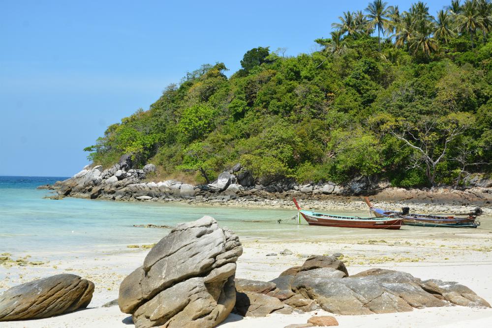 Pitkähäntäveneet Siam Bayn rannalla