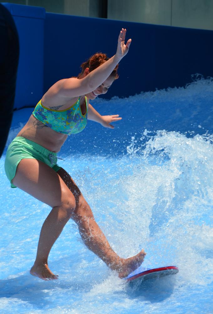 Elina Tervo surffaa