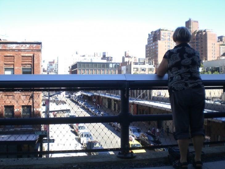 Turisti katsoo kadulle