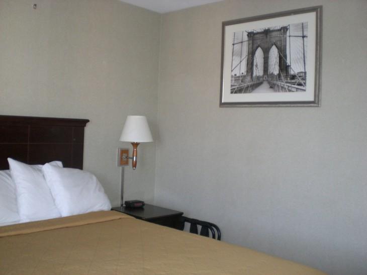 Hotellin seinällä silta