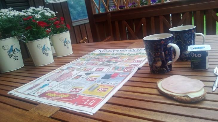 aamiainen terassilla takapihalla kera sanomalehden