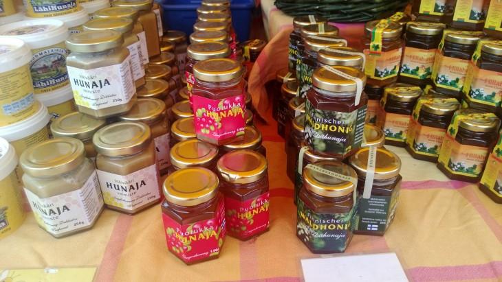 Kaustisen mehiläisten hunajaa. Mehiläiset kuljetetaan kesällä muutamaksi viikoksi lappiin