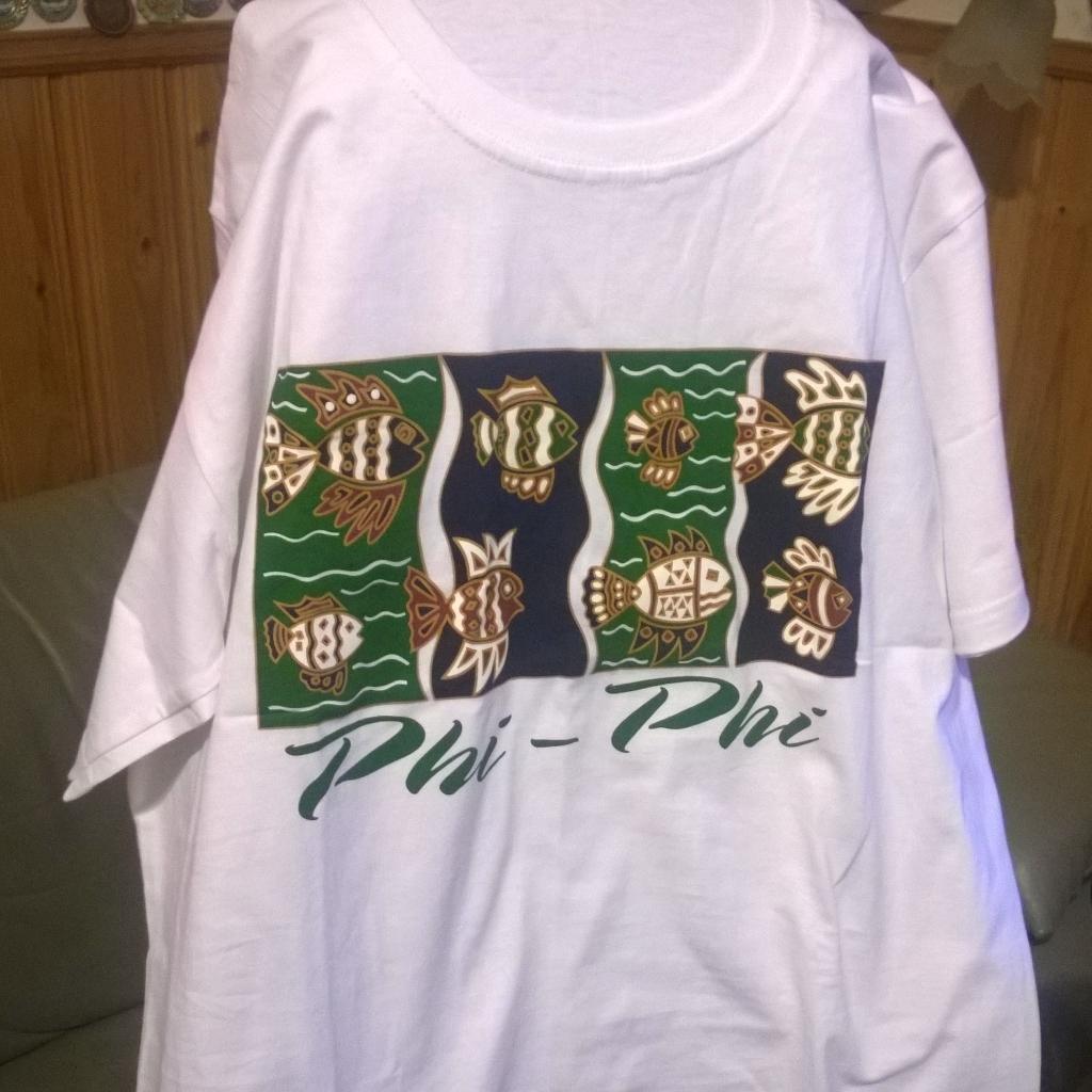 Phi Phi_saarelta ostettu valkoinen T_paita tyylikkäillä kalakuvilla