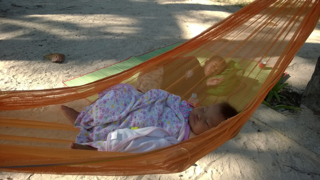paikallisten lapset nukkuivat päiväuniaan rannalla