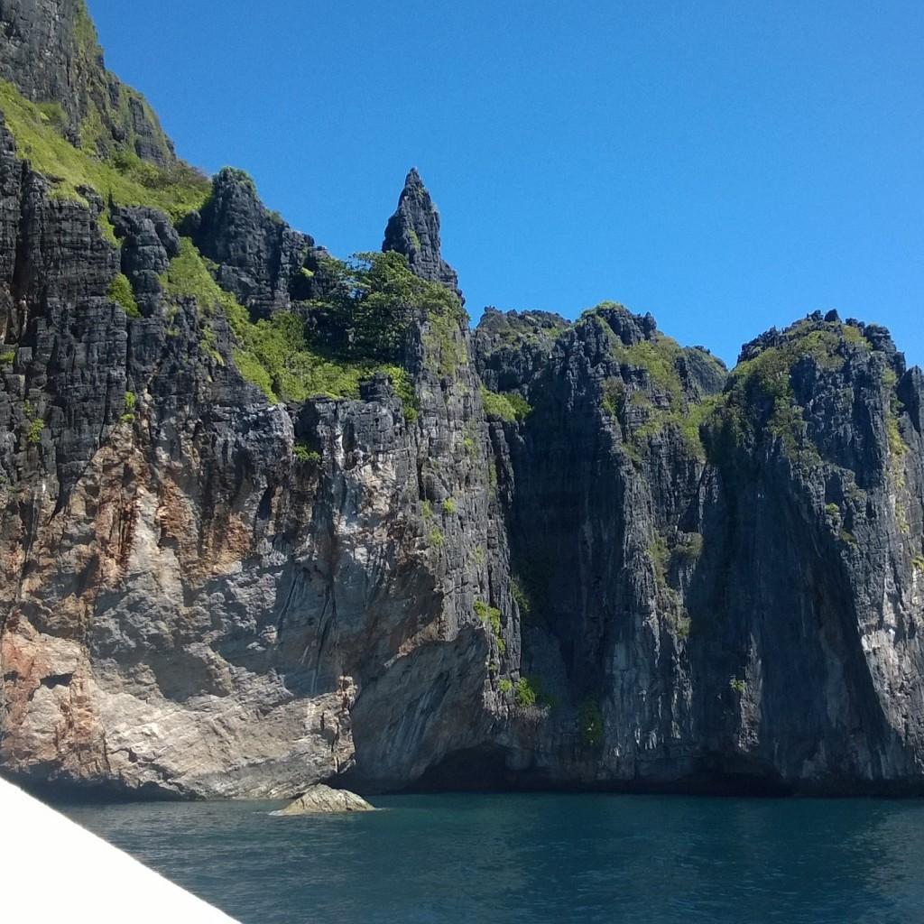 erikoinen kokemus uida lämpimässä meressä kallioiden keskellä