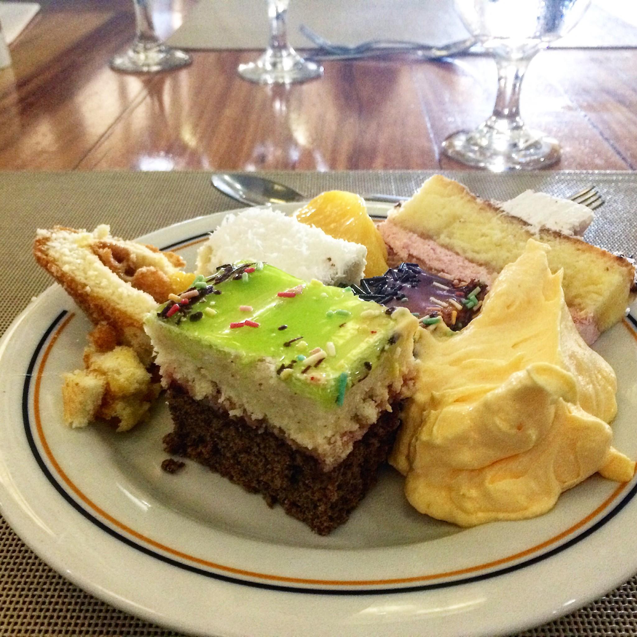 jälkiruokakakkuja ja -moussea lounaalla Varaderon hotelli Laguna Azulissa