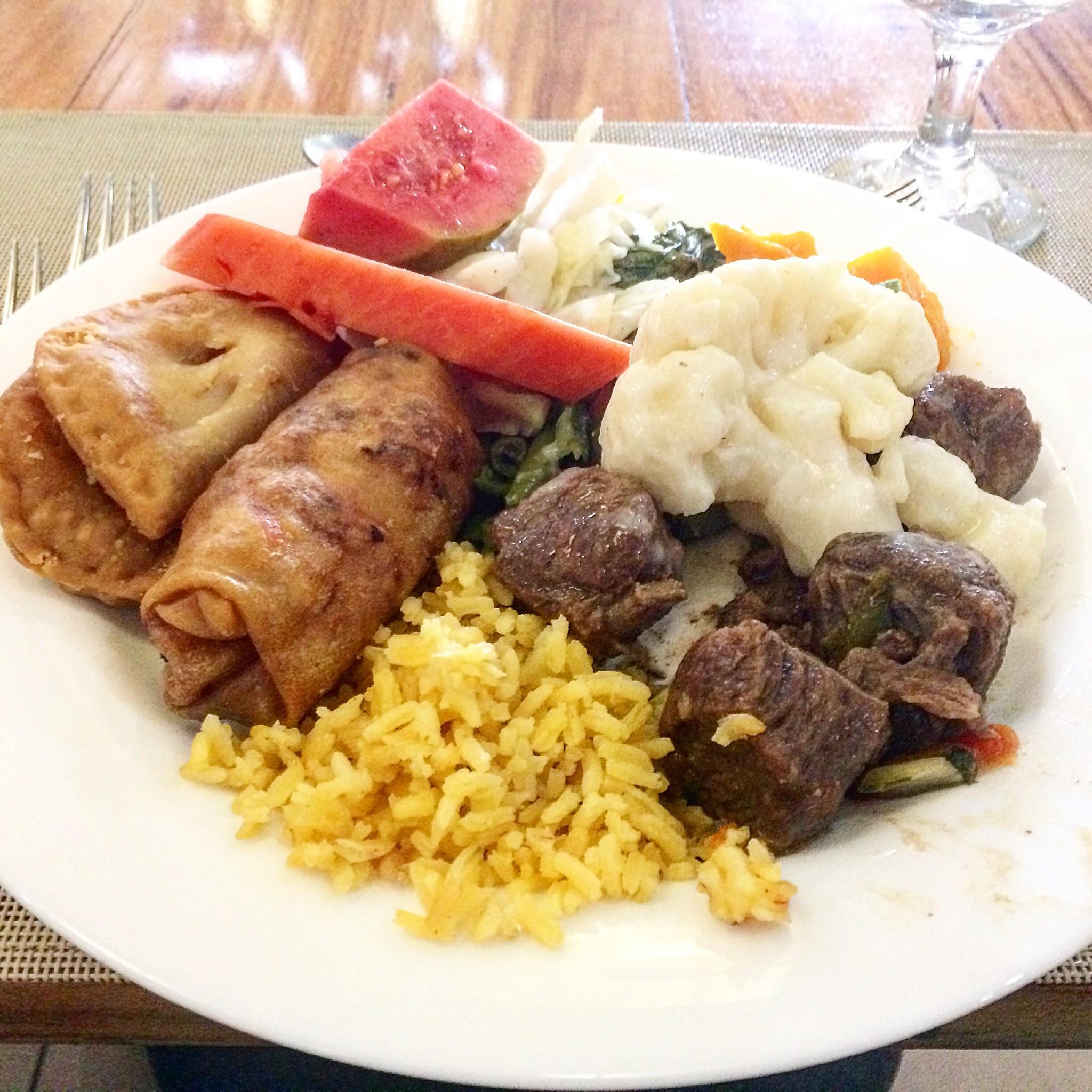 lihaa, riisiä, pasteijoita, kukkakaalia lounaalla Varaderossa