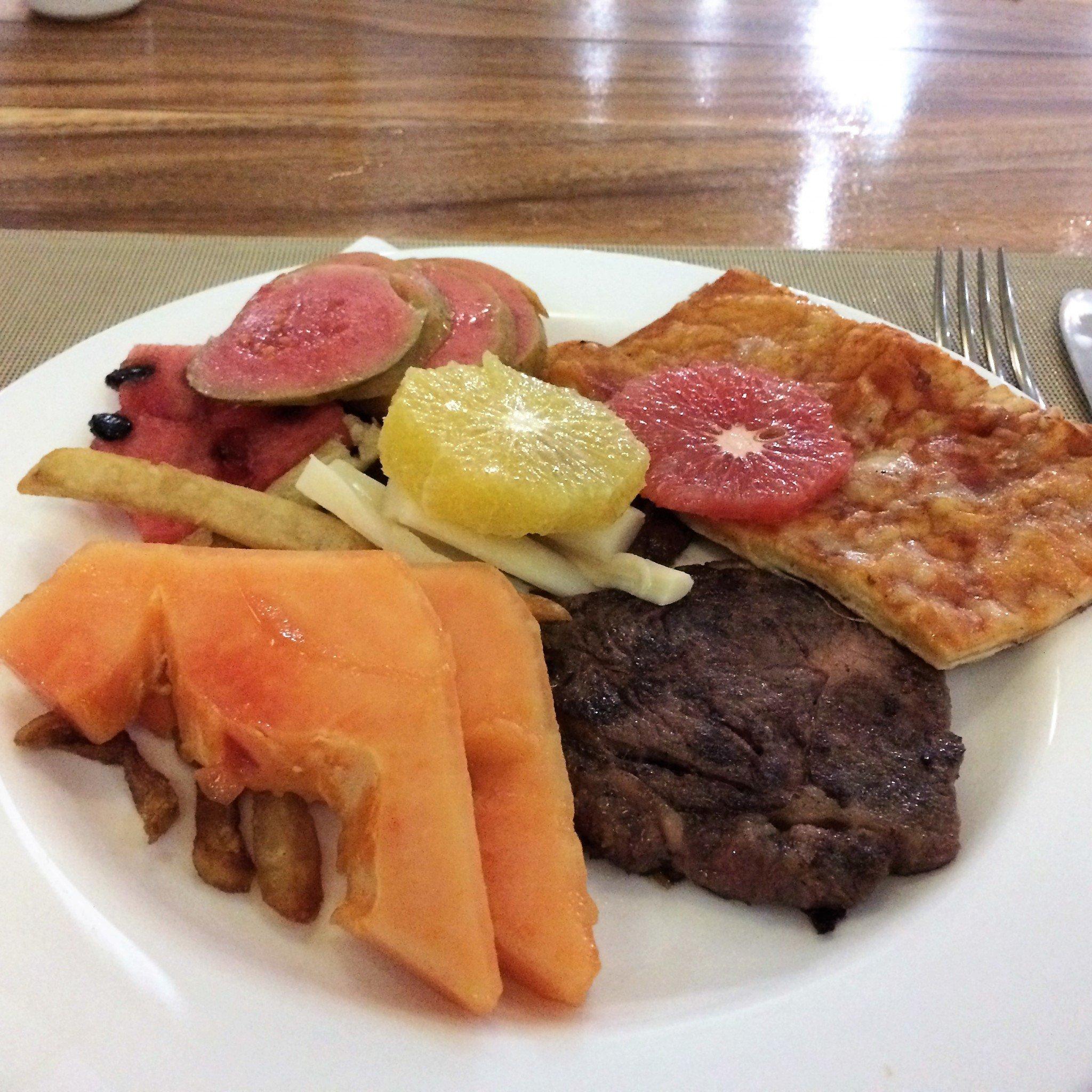 lounas tai päivällinen, hedelmiä ja lihaa Laguna Azul Varadero