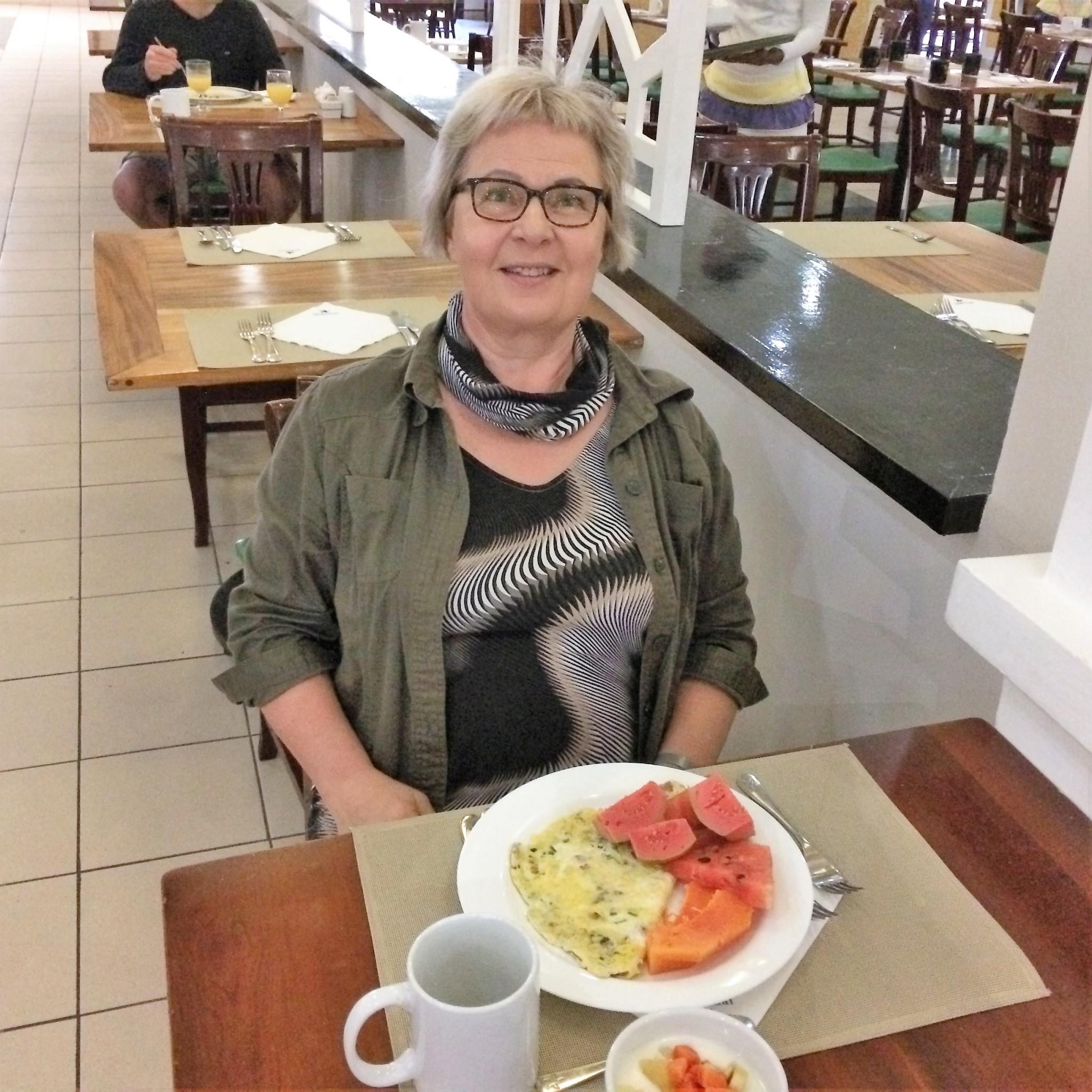 rouva aamiaisella Varaderossa hotelli Laguna Azulissa