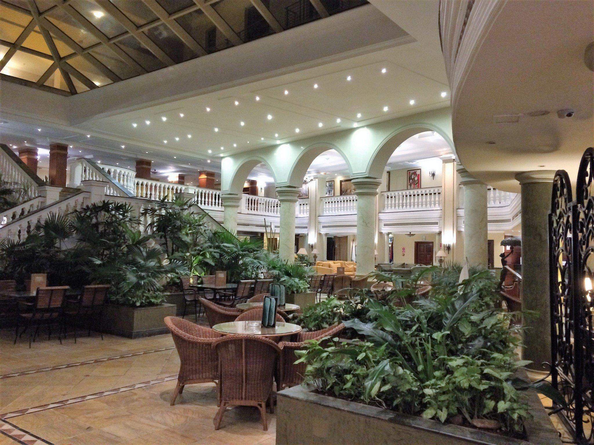 Havanna Parque Cenral hotellin aulan läpi aamiaiselle
