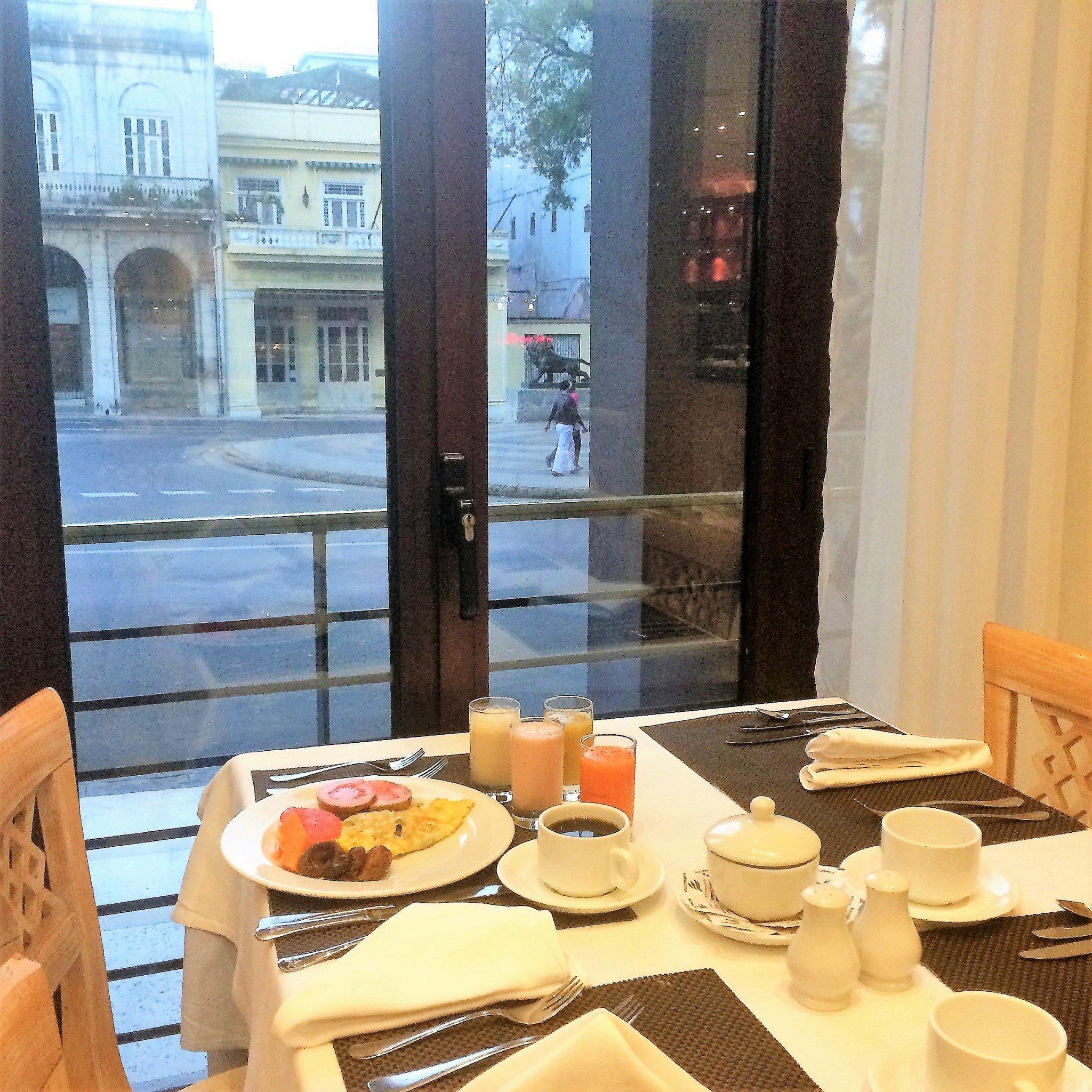 aamiainen Parque Centralissa Havannassa