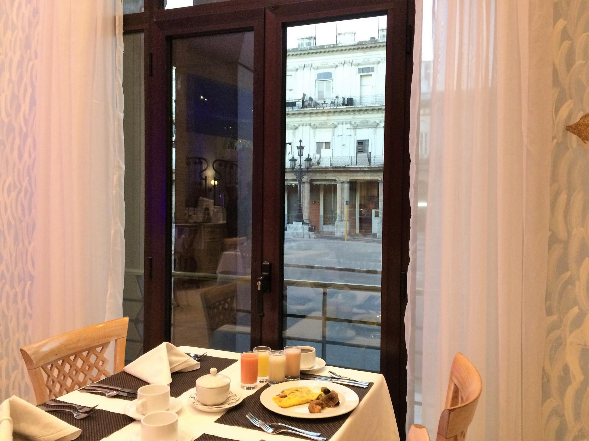 aamupala ikkunasta Pradolle katsellen Havannassa