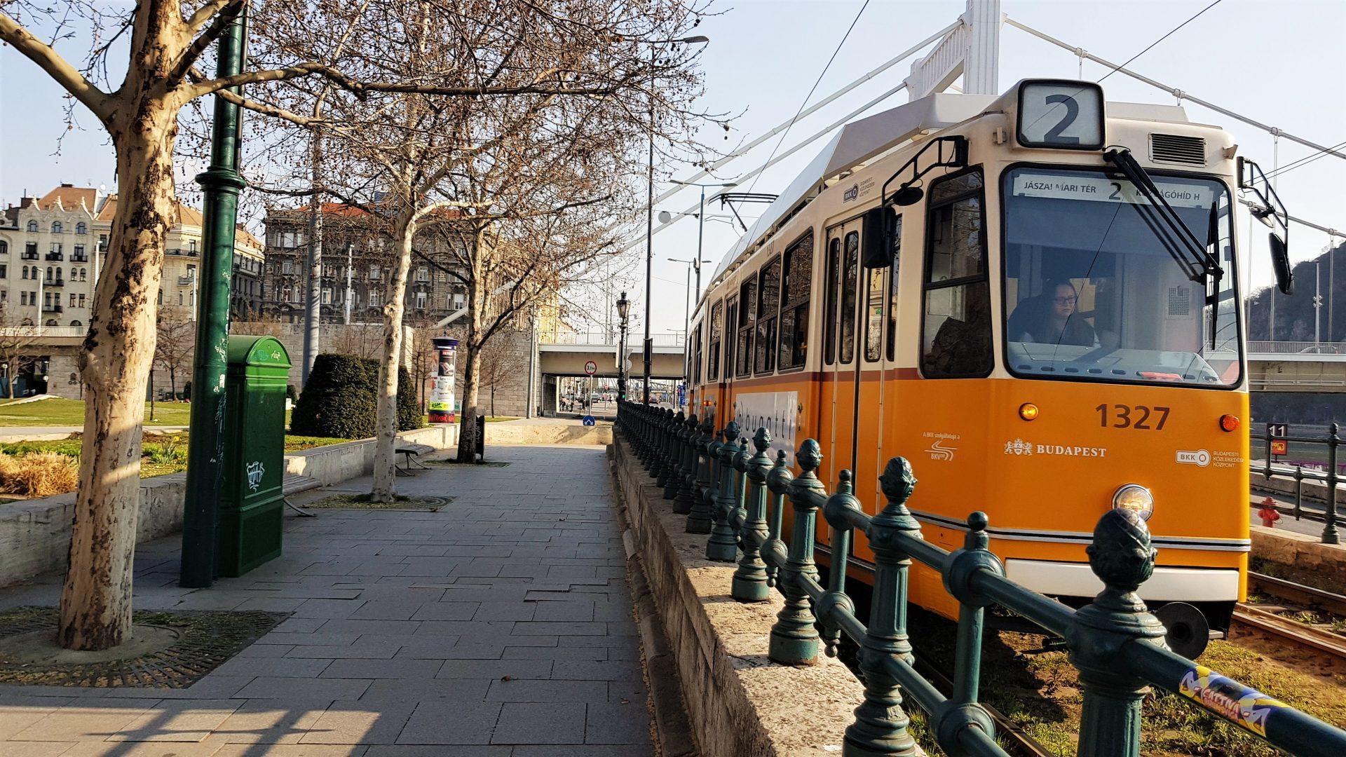 Budapest. Raitiovaunu 2 Tonavan rannalla.