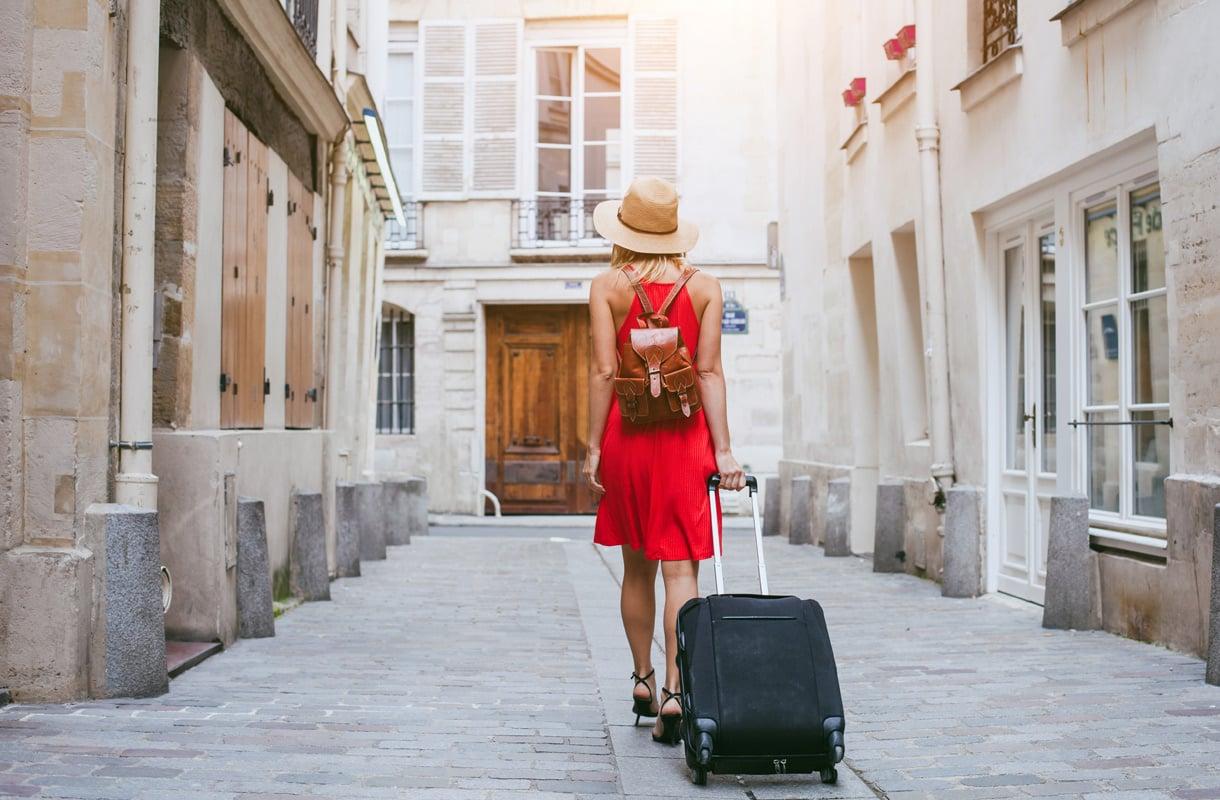 Nainen matkalaukun kanssa