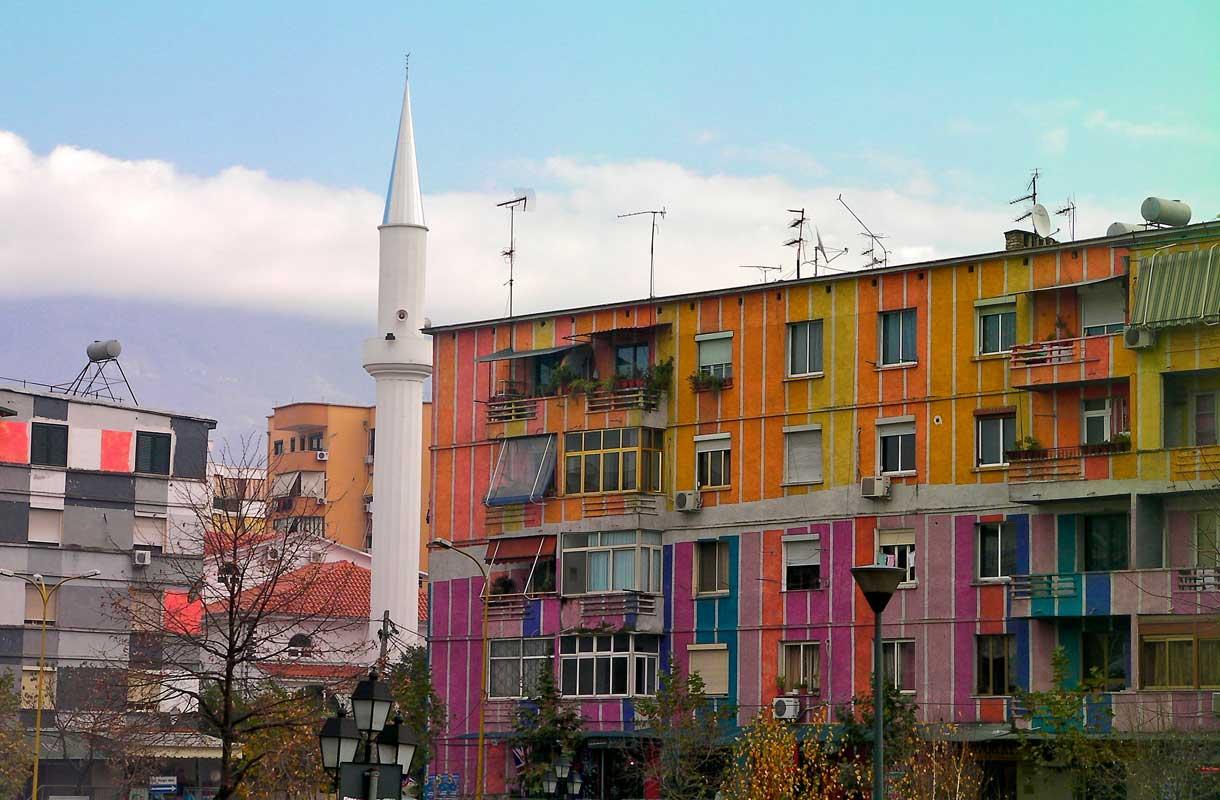 Värikylläinen Tirana on Albanian pääkaupunki.