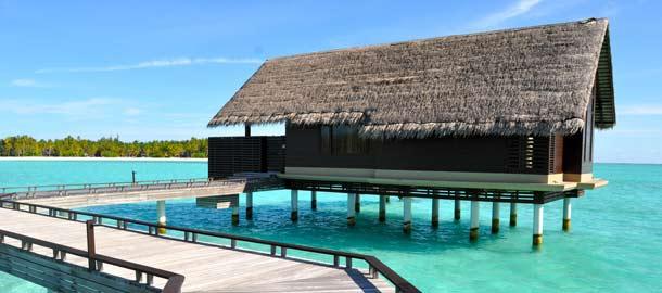 Huvila meren yllä Malediiveilla