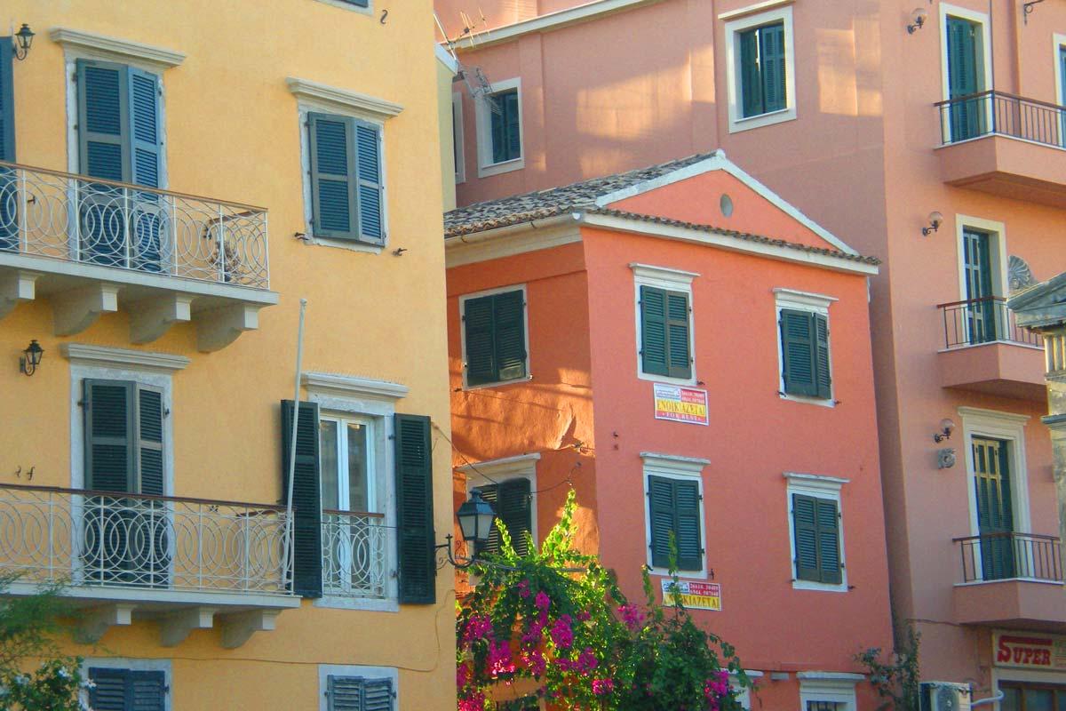 Värikäs Korfu ihastuttaa matkailijaa.