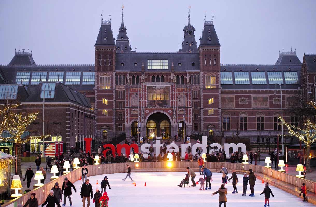 I amsterdam -kyltti sijaitsee Amsterdamin museokorttelissa.