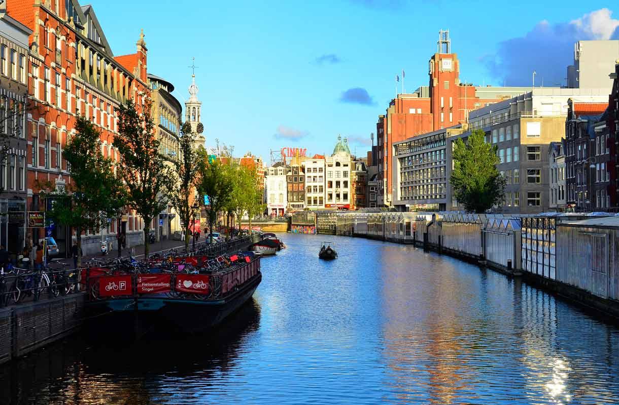 Amsterdamiin voi tutustua kanaaliajelulla.