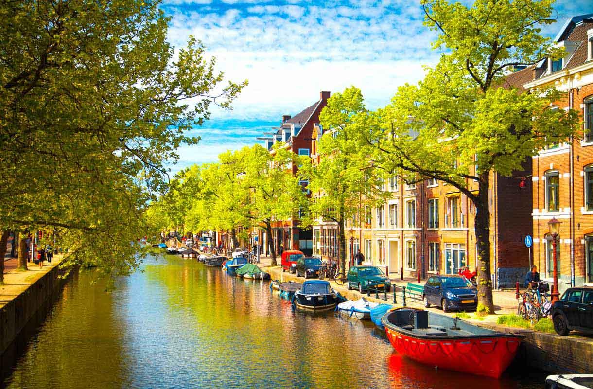 Värikäs Amsterdam on tunnettu kanaaleistaan.