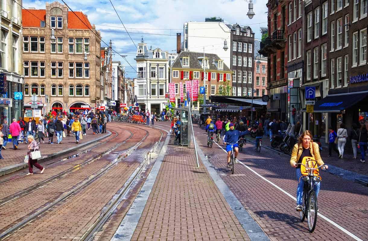 Sulaudu joukkoon Amsterdamissa vuokrapyörällä.