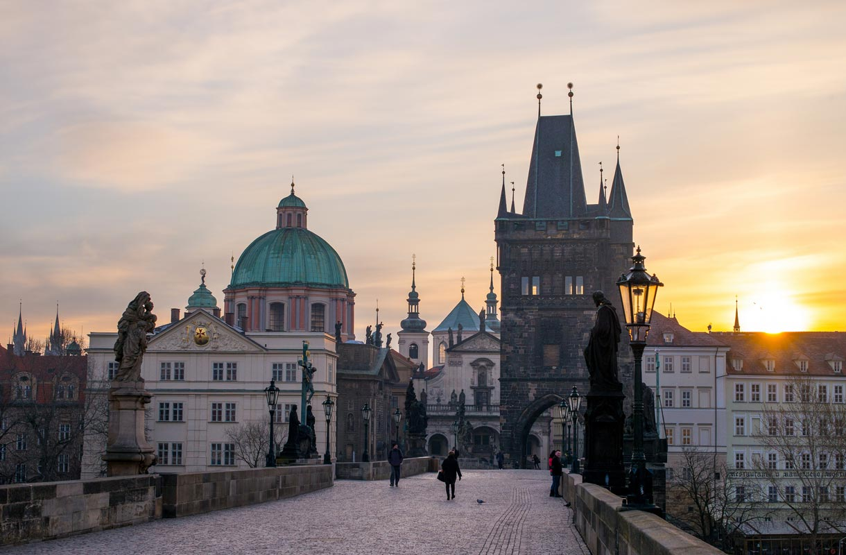 Tsekin Praha lumoaa auringonlaskun aikaan.