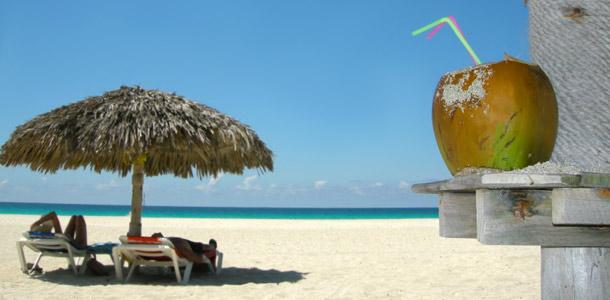 Kookosjuoma rantahietikolla Kuubassa