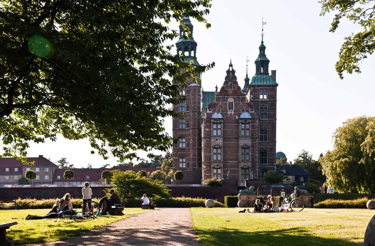 Rosenborgin linna sijaitsee Kööpenhaminan keskustassa.