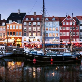 Kaunis Nyhavn on niin turistien kuin paikallistenkin suosiossa.