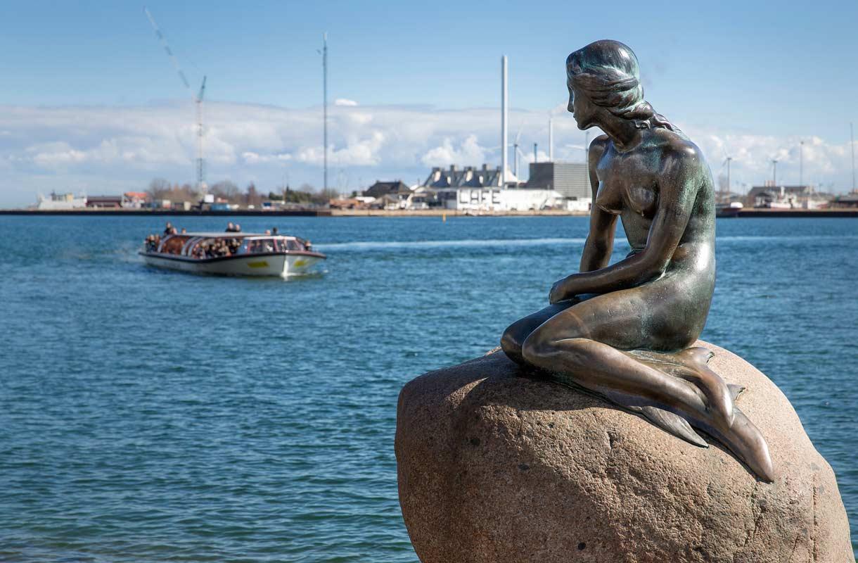 Pieni merenneito -patsaan taustalla on H. C. Andersenin samanniminen satu