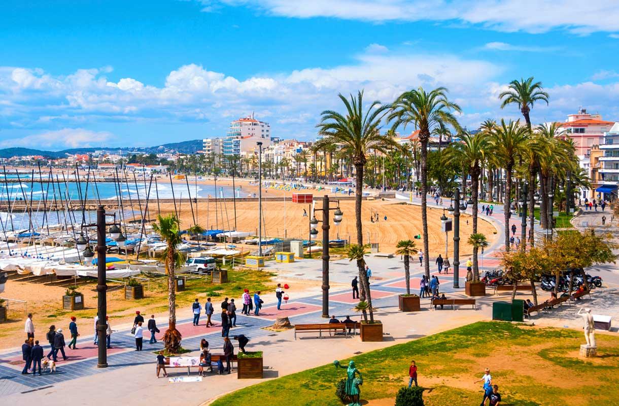 Sitges on Katalonian suosituimpia rantakohteita