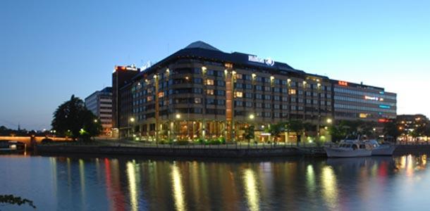 Hilton-hotelli iltavalaistuksessa
