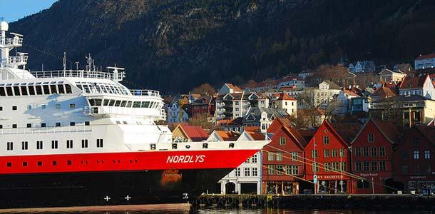 Hurtigrutenin alus Norjan rannikolla
