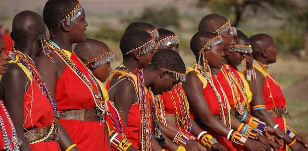 Masait tunnistaa punaisista vaatteistaan