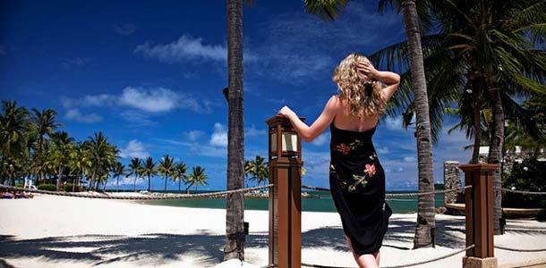 Nainen rannalla Borneossa