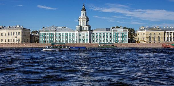 Pietariin junalla tai lentäen